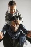 背上使用的爸爸和的儿子 图库摄影