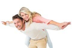 背上给他的女朋友的英俊的人 免版税图库摄影