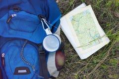 背包和地图 免版税库存照片