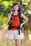 背包好奇妇女 免版税图库摄影