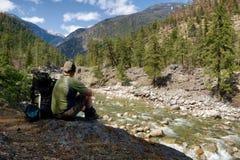 背包徒步旅行者中断河沿 免版税库存照片