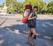 背包徒步旅行者在古巴 库存图片