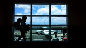背包徒步旅行者在机场 免版税库存照片