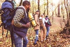 年轻背包徒步旅行者在秋天森林里 库存图片