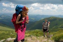 背包徒步旅行者夫妇 免版税库存照片