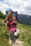 背包徒步旅行者女孩 库存图片
