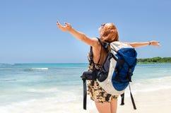 背包徒步旅行者女孩 免版税库存图片