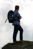 背包徒步旅行者山顶 免版税图库摄影