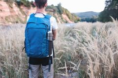 背包徒步旅行者敬佩美好的自然  库存照片