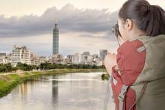 年轻背包徒步旅行者旅行和拍照片 免版税库存图片