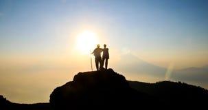 背包徒步旅行者日落 免版税库存图片