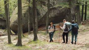 背包徒步旅行者沿着走小山 股票录像