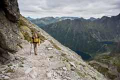 背包徒步旅行者测试的女孩山 免版税库存照片