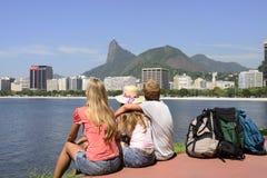 背包徒步旅行者游人在看基督的里约热内卢救世主。 免版税图库摄影