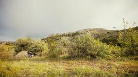 背包徒步旅行者进入帐篷以美丽的山为背景 股票录像