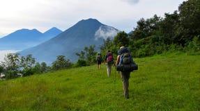 背包徒步旅行者去的迁徙在危地马拉 免版税库存图片