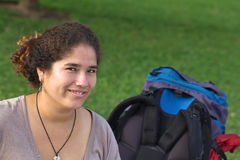 背包秘鲁妇女年轻人 免版税库存照片
