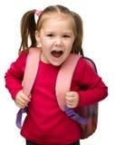 背包逗人喜爱的纵向女小学生 免版税图库摄影