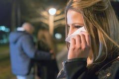 背叛 发现她的有另一名妇女的生气哭泣的女孩男朋友 免版税图库摄影