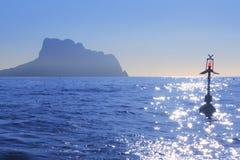 背后照明蓝色calpe雾ifach山penon 库存照片