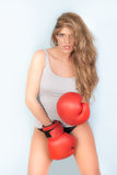 背心的妇女有红色拳击手套的 免版税库存照片