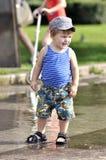 背心的愉快的小男孩和短裤停留 库存照片