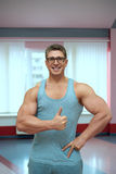背心的成人肌肉人 免版税库存图片