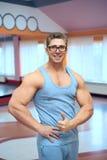 背心的成人肌肉人 图库摄影
