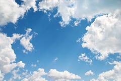 背景。与云彩的美丽的蓝天 免版税库存照片