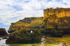 背景一座被成拱形的桥梁的风景视图在岩石之间的在其中一海滩拉各斯 库存照片