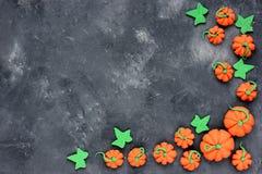 背景万圣节南瓜 在石头的微型南瓜糖果框架 库存照片