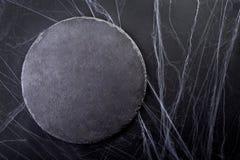 背景万圣节 黑月亮和蜘蛛网 黑暗的光 免版税库存图片