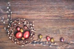 背景上色了复活节彩蛋eps8格式红色郁金香向量 复活节杨柳花圈和五颜六色的复活节彩蛋在老木背景 顶视图,拷贝空间,被定调子 图库摄影