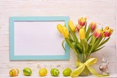 背景上色了复活节彩蛋eps8格式红色郁金香向量 免版税库存照片