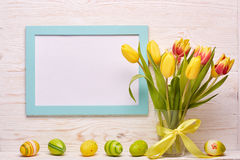 背景上色了复活节彩蛋eps8格式红色郁金香向量 免版税库存图片