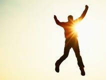 背景下来落的飞行人天空年轻人 跌倒在天空背景的年轻人 图库摄影