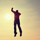 背景下来落的飞行人天空年轻人 跌倒在天空背景的年轻人 免版税库存图片