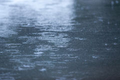 背景下降雨起波纹 免版税库存照片