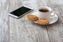 背景中断咖啡新月形面包杯子甜点 与快餐的咖啡 库存照片