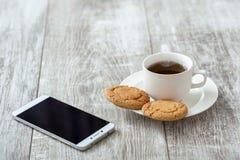 背景中断咖啡新月形面包杯子甜点 与快餐的咖啡 库存图片