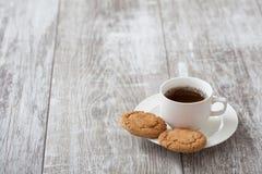 背景中断咖啡新月形面包杯子甜点 与快餐的咖啡 免版税库存图片