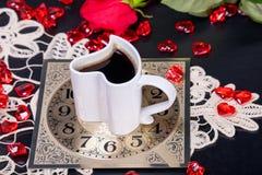 背景中断咖啡新月形面包杯子甜点 享用一杯咖啡日间放松 库存照片