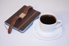 背景中断咖啡新月形面包杯子甜点 商业运作 免版税库存图片