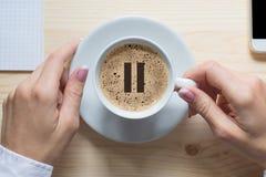背景中断咖啡新月形面包杯子甜点 女性手接触白色杯子经典咖啡,顶视图,关闭  在泡沫的停留象 图库摄影