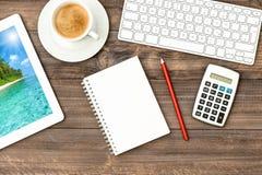背景中断咖啡新月形面包杯子甜点 有键盘和数字式片剂个人计算机的工作场所 库存图片