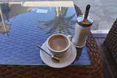 背景中断咖啡新月形面包杯子甜点 免版税库存图片