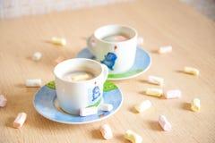 背景中断咖啡新月形面包杯子甜点 图库摄影