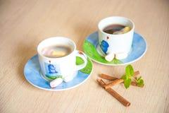 背景中断咖啡新月形面包杯子甜点 免版税库存照片