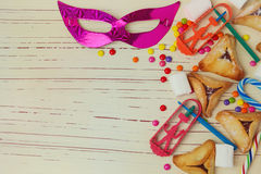 背景为与面具的犹太假日普珥节和hamantaschen曲奇饼 免版税图库摄影