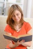 背景书创建了ps读取妇女 库存图片